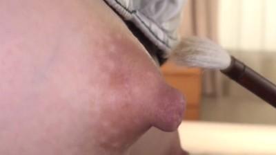 素人娘の勃起乳首いじり