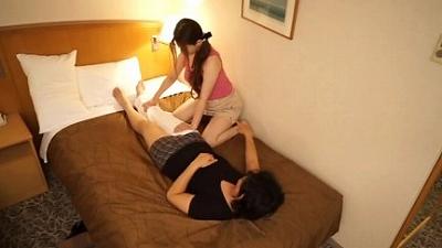 出張マッサージの美熟女にセンズリ見せつけ猥褻 12 11