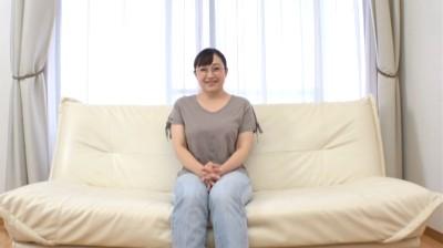 平凡で地味なスーパー勤務の巨乳メガネ熟女 成澤さん