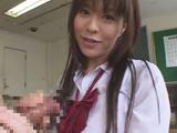 女子校生、チンポを握る
