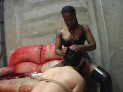 ケラ工房の国際親善 黒人ミストレス VS 小さな日本人奴隷2匹 11
