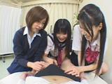 3人の女子高生がパンツの上から勃起をガン見