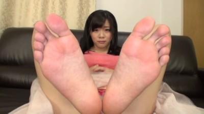 はじめて足を舐められて恥ずかしがる素人娘たち...thumbnai14