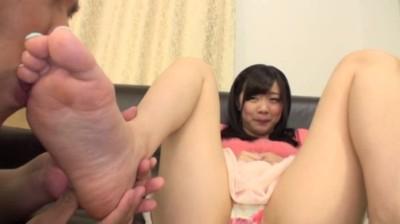 はじめて足を舐められて恥ずかしがる素人娘たち...thumbnai15