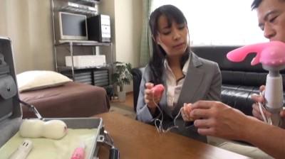 訪問先でおもちゃの実演販売をするトップセールスレディ 真木今日子...thumbnai10