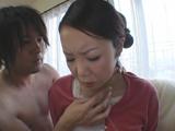 夫の前でリアルに抱かれる妻...thumbnai10