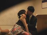 夫の前でリアルに抱かれる妻...thumbnai4