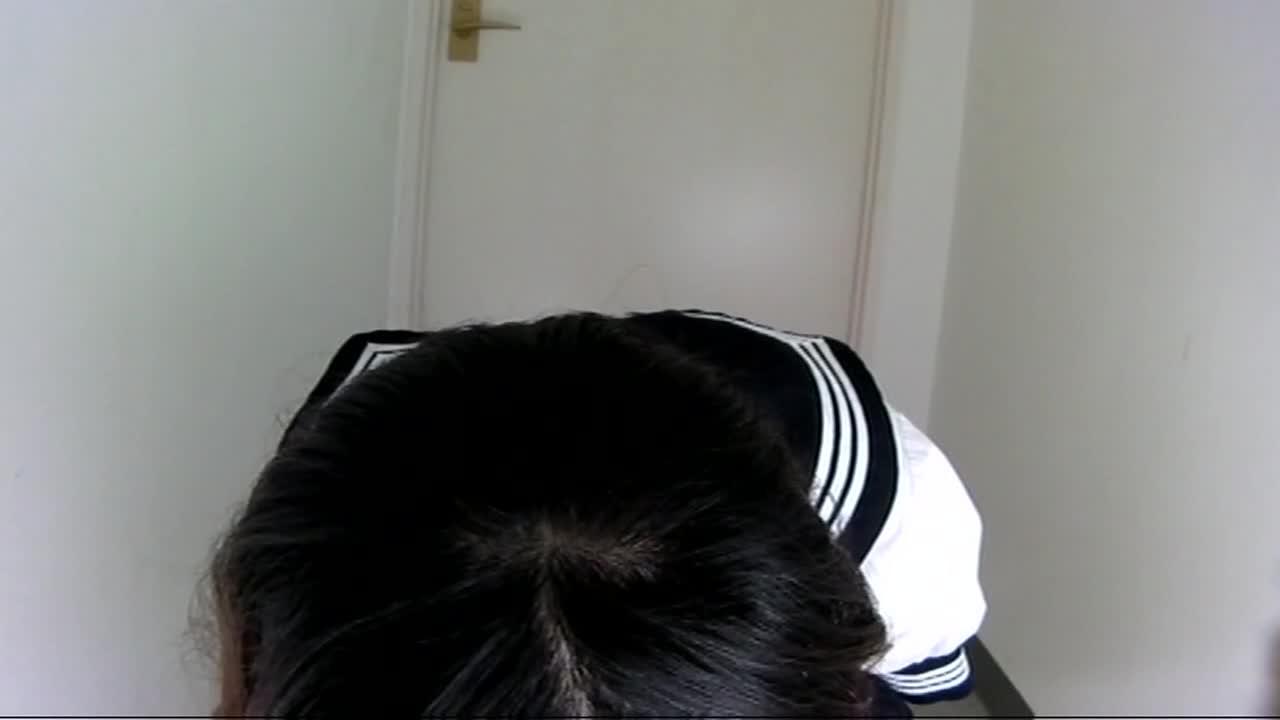 c1 【おしっこ】駅の女子トイレで女子高生がおしっこしてます。
