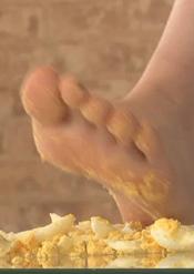 汚い足で仁王立ちで黙々と卵を踏みつぶすJK