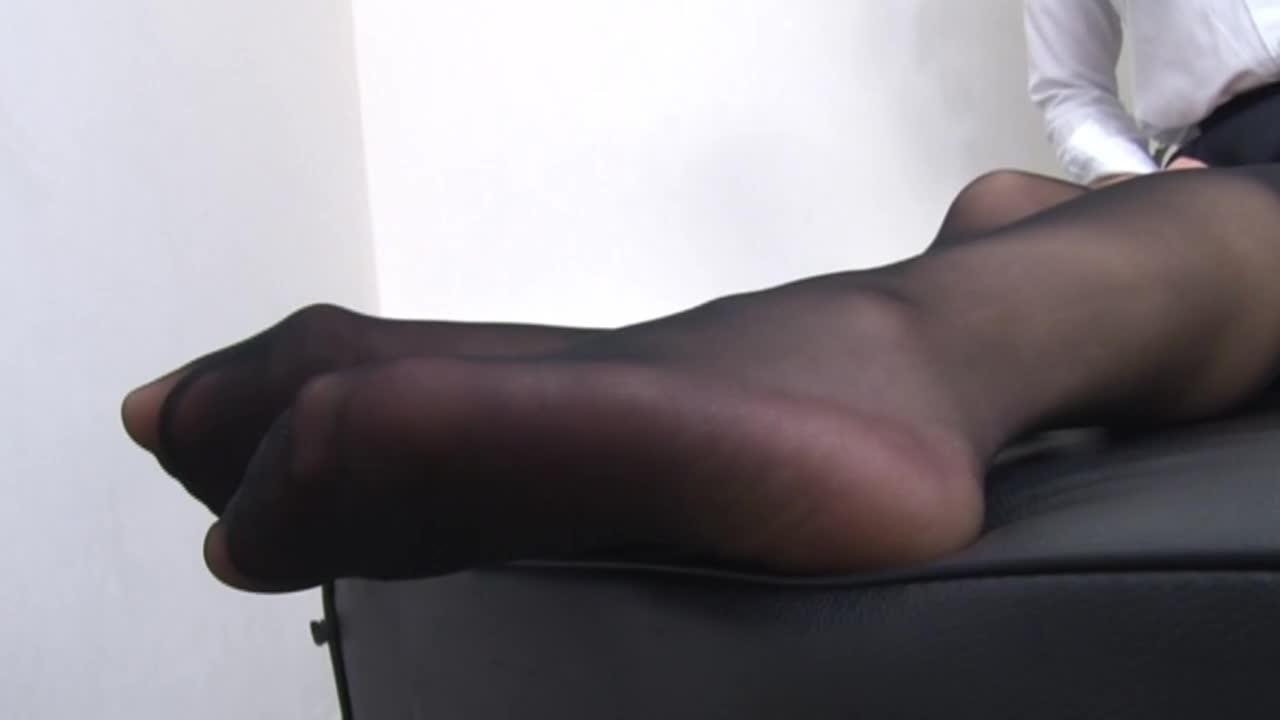 高身長女教師の長い脚でシゴかれて...thumbnai2