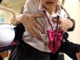 【女子校生】両手がふさがった女子校生に突然!乳もみ!!(再生時間:97分、レーベル:AFRO FILM)